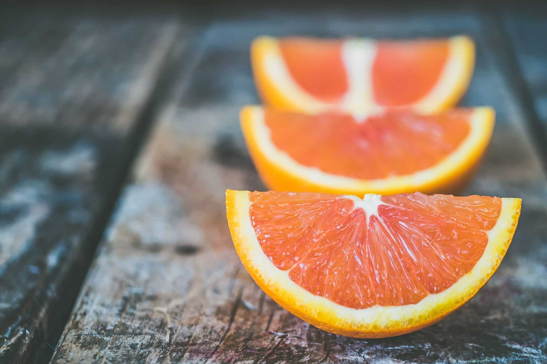 chien-mange-orange
